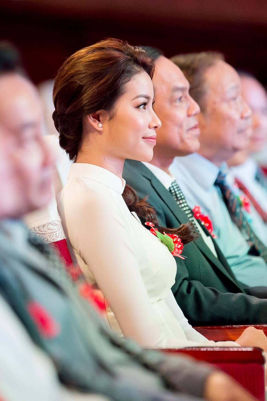 Phạm Hương đẹp dịu dàng trong áo dài trắng ngày trở về trường 4