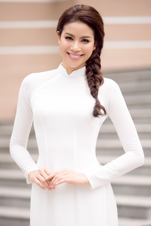 Phạm Hương đẹp dịu dàng trong áo dài trắng ngày trở về trường 1