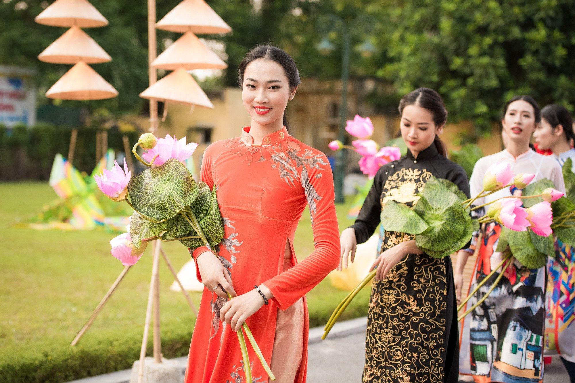 Festival áo dài ngày cuối - Người đẹp mặc áo dài đi diễu hành qua phố 9