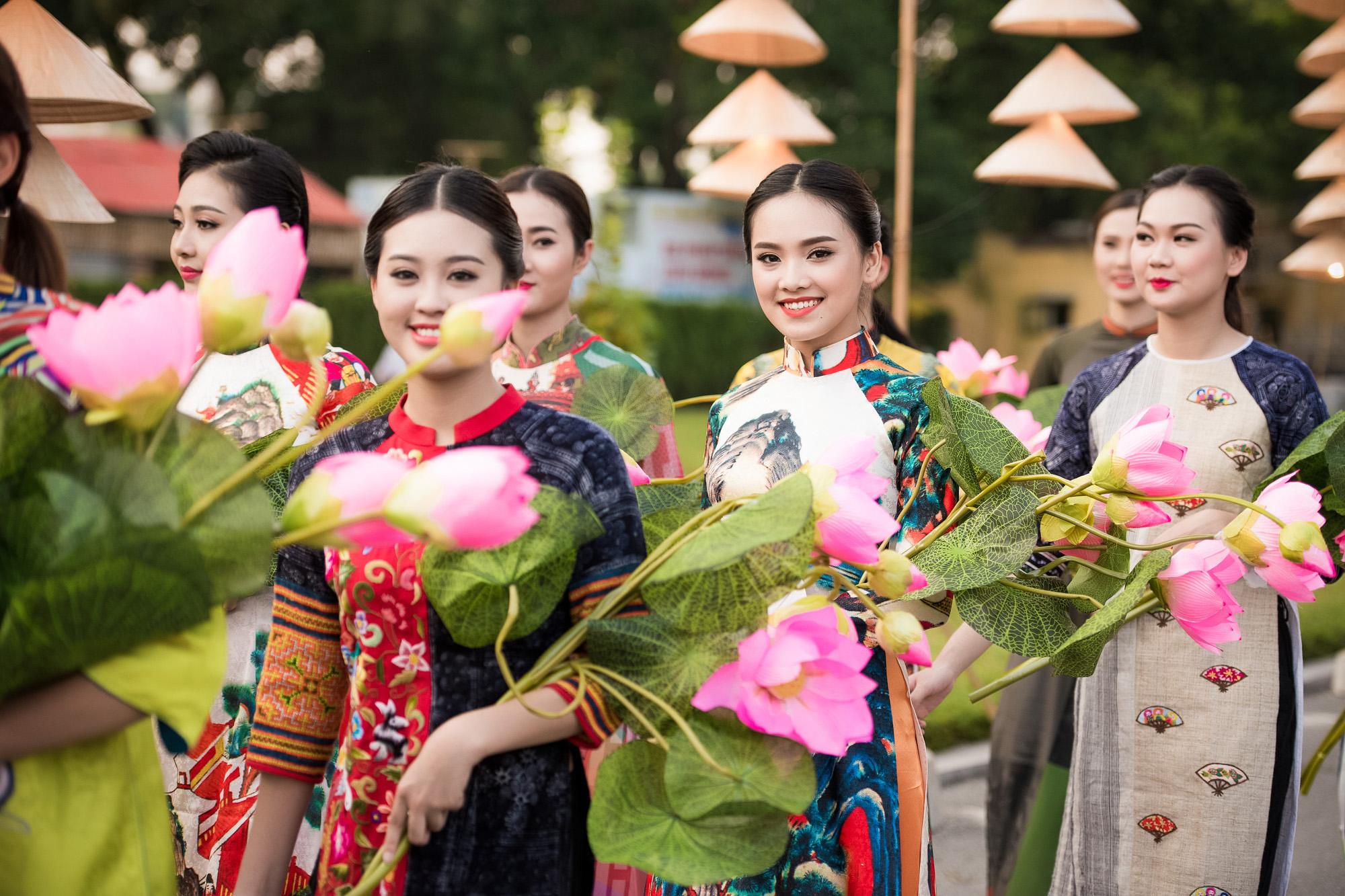 Festival áo dài ngày cuối - Người đẹp mặc áo dài đi diễu hành qua phố 10