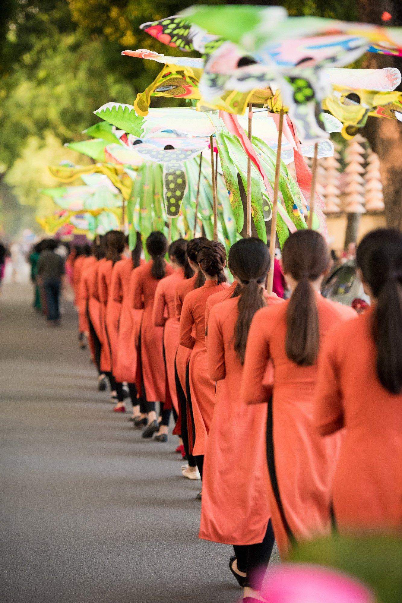 Festival áo dài ngày cuối - Người đẹp mặc áo dài đi diễu hành qua phố 11