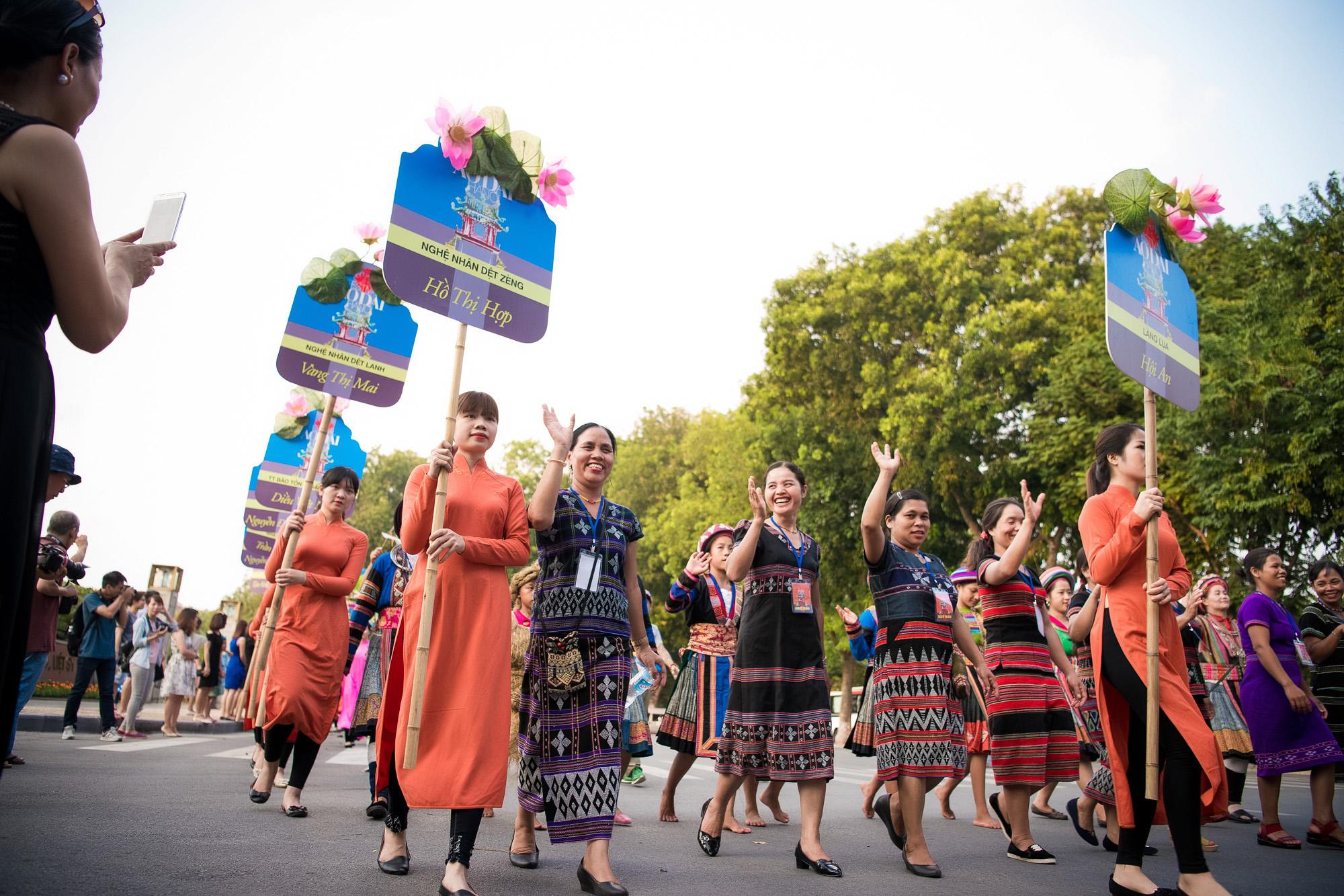Festival áo dài ngày cuối - Người đẹp mặc áo dài đi diễu hành qua phố 13