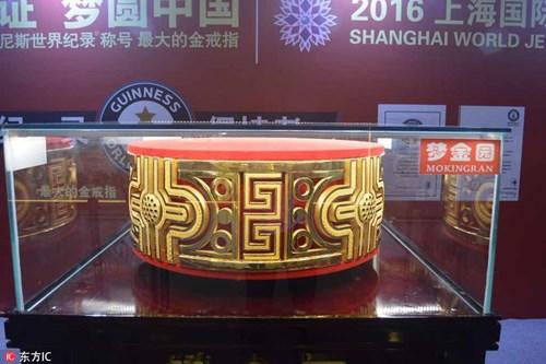 Cận cảnh nhẫn vàng lớn nhất thế giới 100 tỉ đồng, nặng 82kg 1