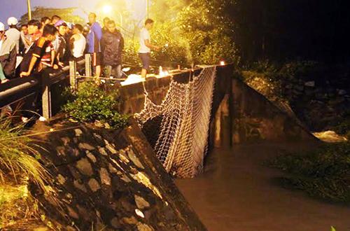 Hàng trăm người giăng lưới tìm bé trai bị nước mưa cuốn xuống cống 1