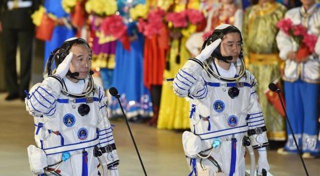 Trung Quốc đưa 2 phi hành gia vào không gian 1