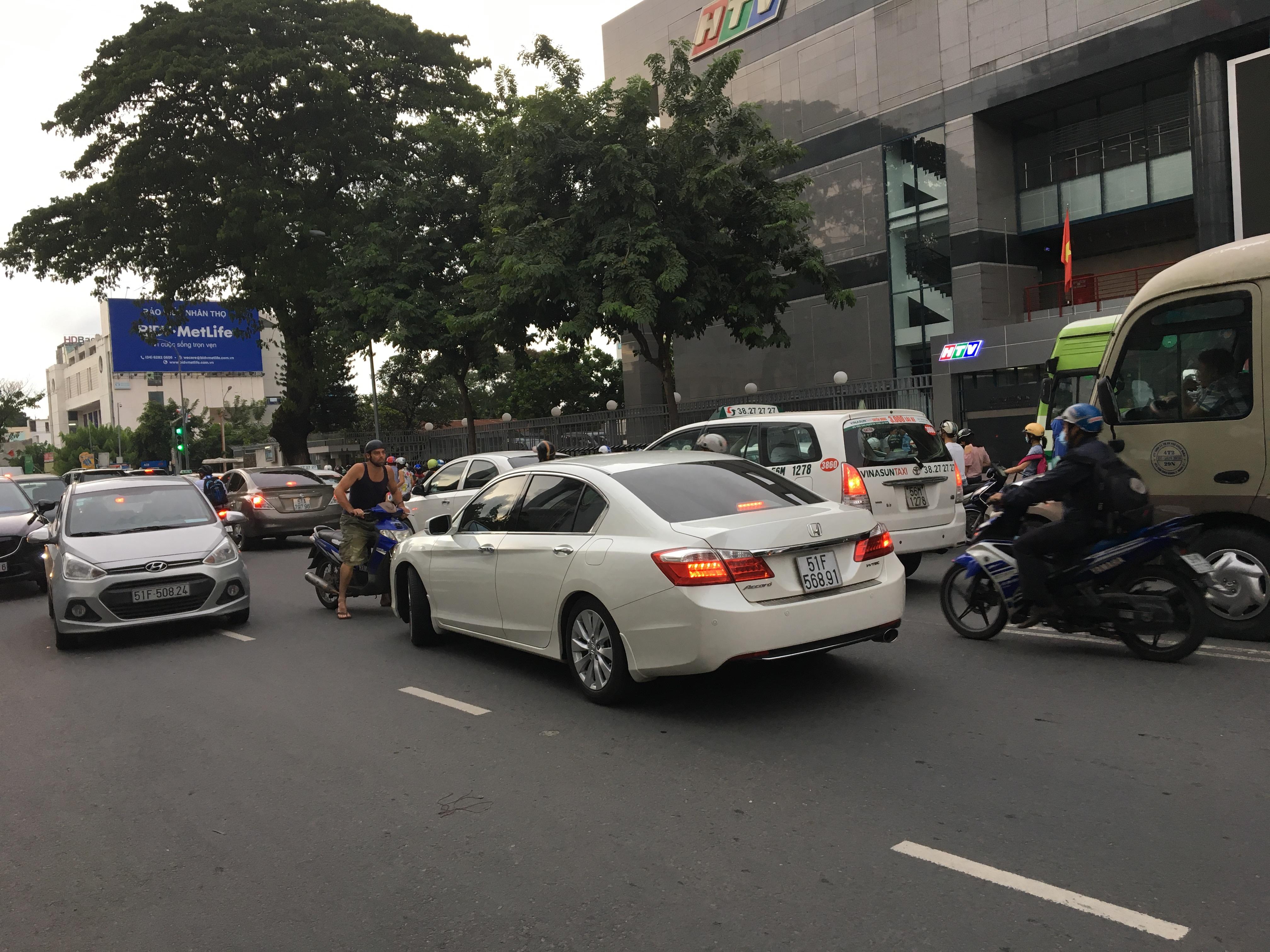 Tây chặn ô tô chạy ngược chiều ở trung tâm Sài Gòn, gọi CSGT lại xử lý 1