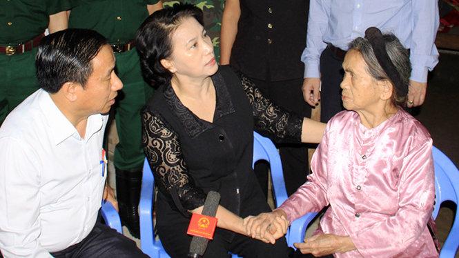 Chủ tịch Quốc hội xắn quần, lội nước thăm người dân vùng lũ 2
