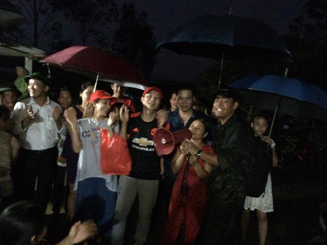 Khánh Thi, Phan Anh, Hoàng Bách nhảy múa cùng bà con vùng rốn lũ 1