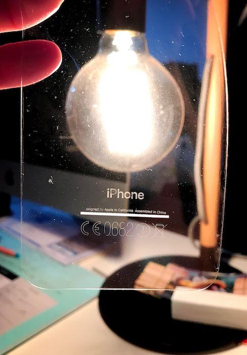 Chữ trên iPhone 7 Jet Black bị dính theo lớp dán bảo vệ 1