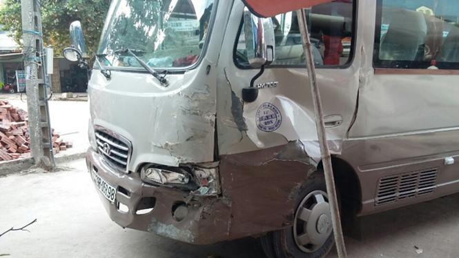 Bé trai 13 tuổi điều khiển xe khách gây tai nạn liên hoàn 1