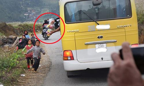 Xôn xao clip khách ngồi ôtô ném đồ ăn cho trẻ vùng cao 1
