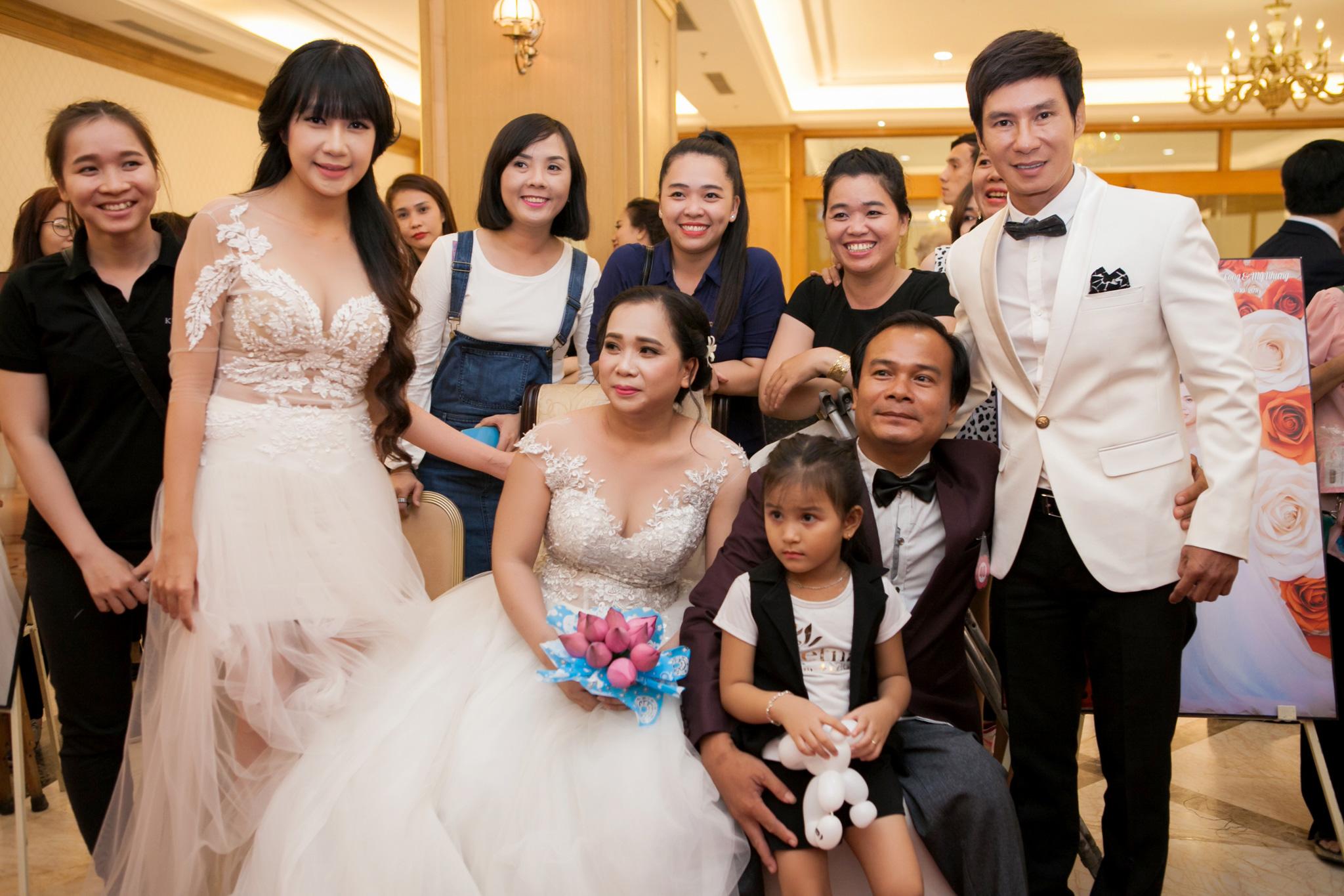 Vợ chồng Lý Hải diện trang phục cô dâu, chú rể dự ngày cưới 60 cặp khuyết tật 4