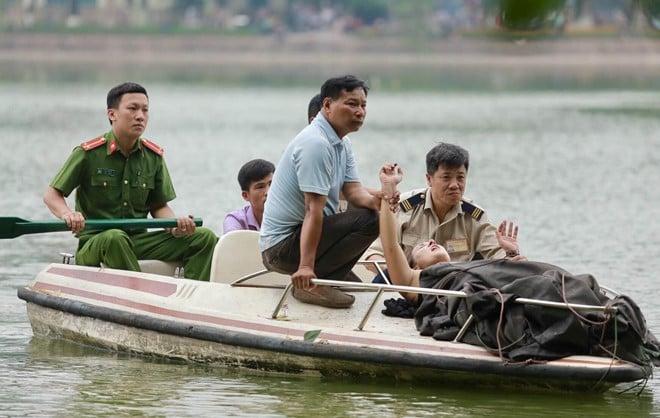 Nữ du khách nước ngoài bơi ra giữa hồ Hoàn Kiếm múa hát 1