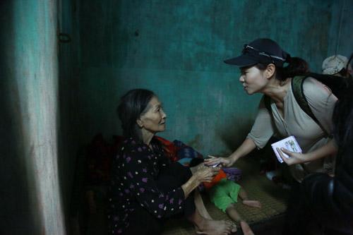 Thu Minh đến Quảng Bình ủng hộ bà con sau trận lũ lụt 4
