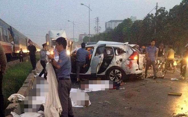 Vụ tàu hỏa đâm ô tô, 5 người chết: Đôi nam nữ nằm chồng lên nhau 1