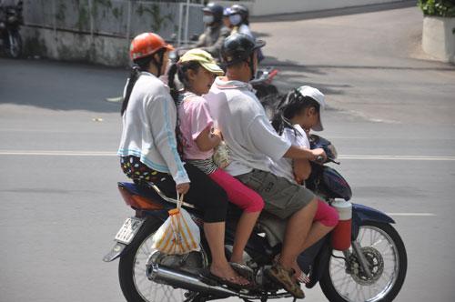 Xe máy chở quá số người quy định, phạt bao nhiêu tiền? 1
