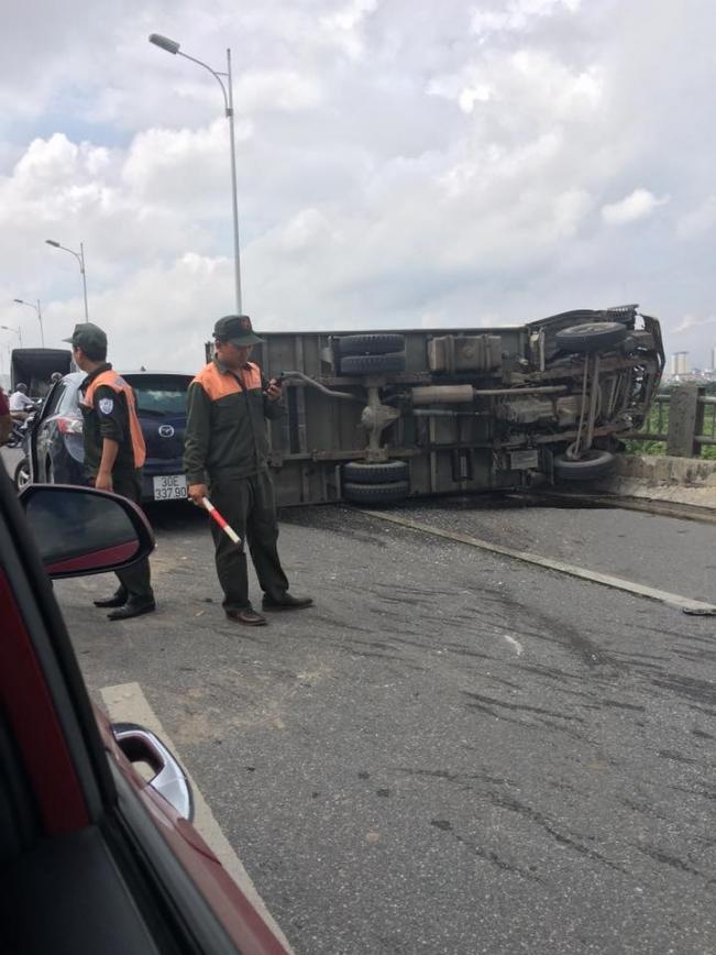 3 ô tô gây tai nạn liên hoàn, cầu Vĩnh Tuy ùn tắc nhiều giờ 1