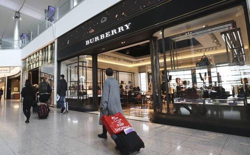 Khách du lịch đổ xô sang Anh mua hàng hiệu giá rẻ nhất thế giới 1