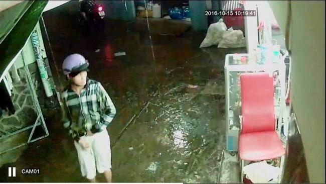 Video: Cướp xông vào tiệm cắt tóc giật điện thoại của khách 1