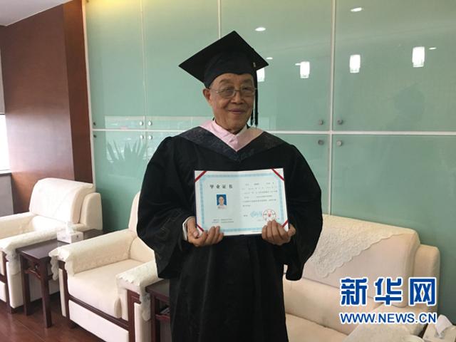 Cụ ông Trung Quốc nhận bằng cử nhân ở tuổi 88 1