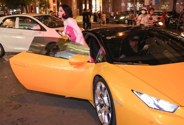 Cường đô la lái siêu xe đưa Hạ Vi đi sự kiện 1
