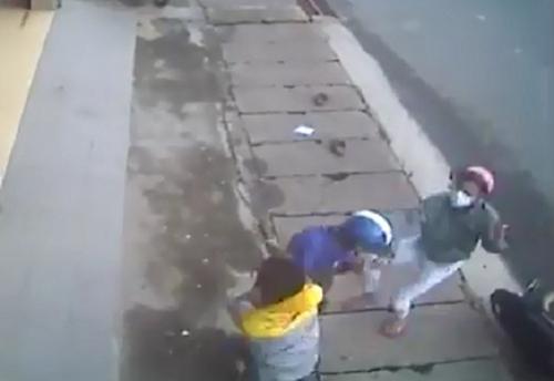 Video: Nhóm côn đồ bịt mặt chém người dã man giữa phố 1