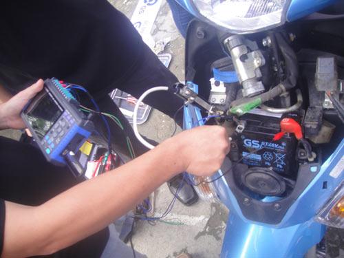 Hình ảnh Cách nhận biết ắc quy xe máy đang bị yếu số 1