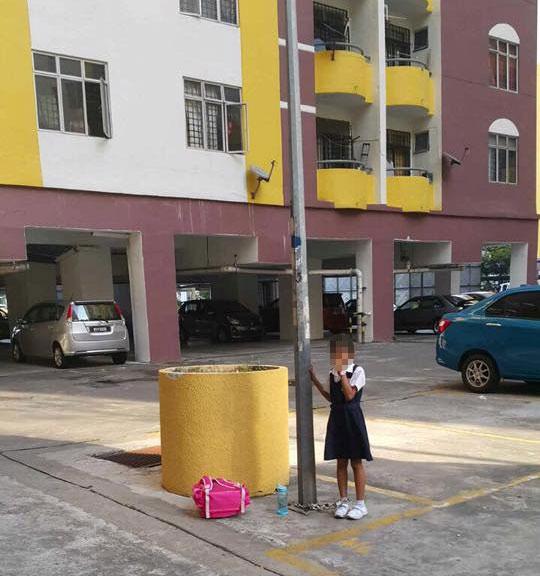 Bỏ học, nữ sinh Malaysia bị mẹ xích vào cột đèn 1