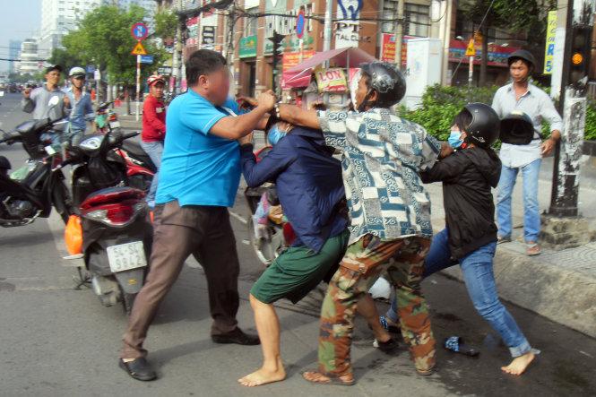 Xe chưa va chạm, người đàn ông và 2 phụ nữ đã xông vào đánh nhau 1