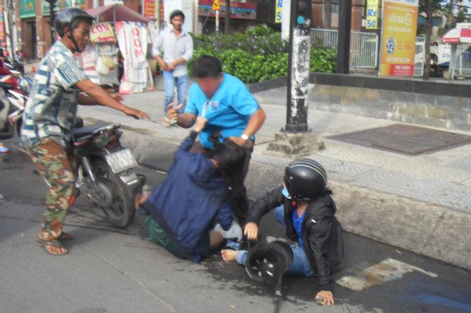 Xe chưa va chạm, người đàn ông và 2 phụ nữ đã xông vào đánh nhau 2