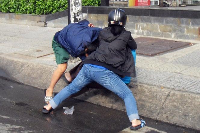 Xe chưa va chạm, người đàn ông và 2 phụ nữ đã xông vào đánh nhau 3