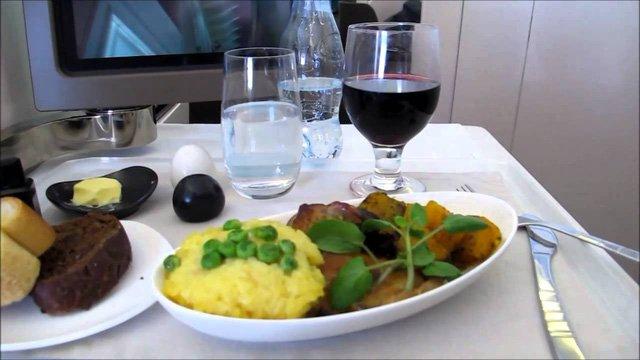 Hình ảnh Hãng hàng không phục vụ suất ăn cao cấp không thua kém khách sạn 5 sao số 3