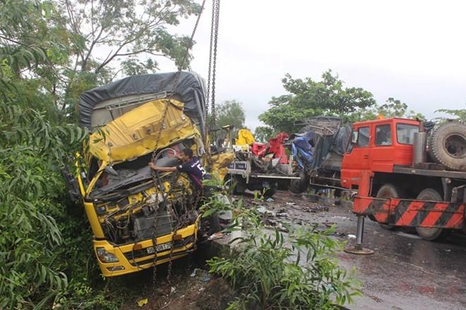 Tai nạn giao thông liên hoàn, tài xế chết thảm trong cabin 1