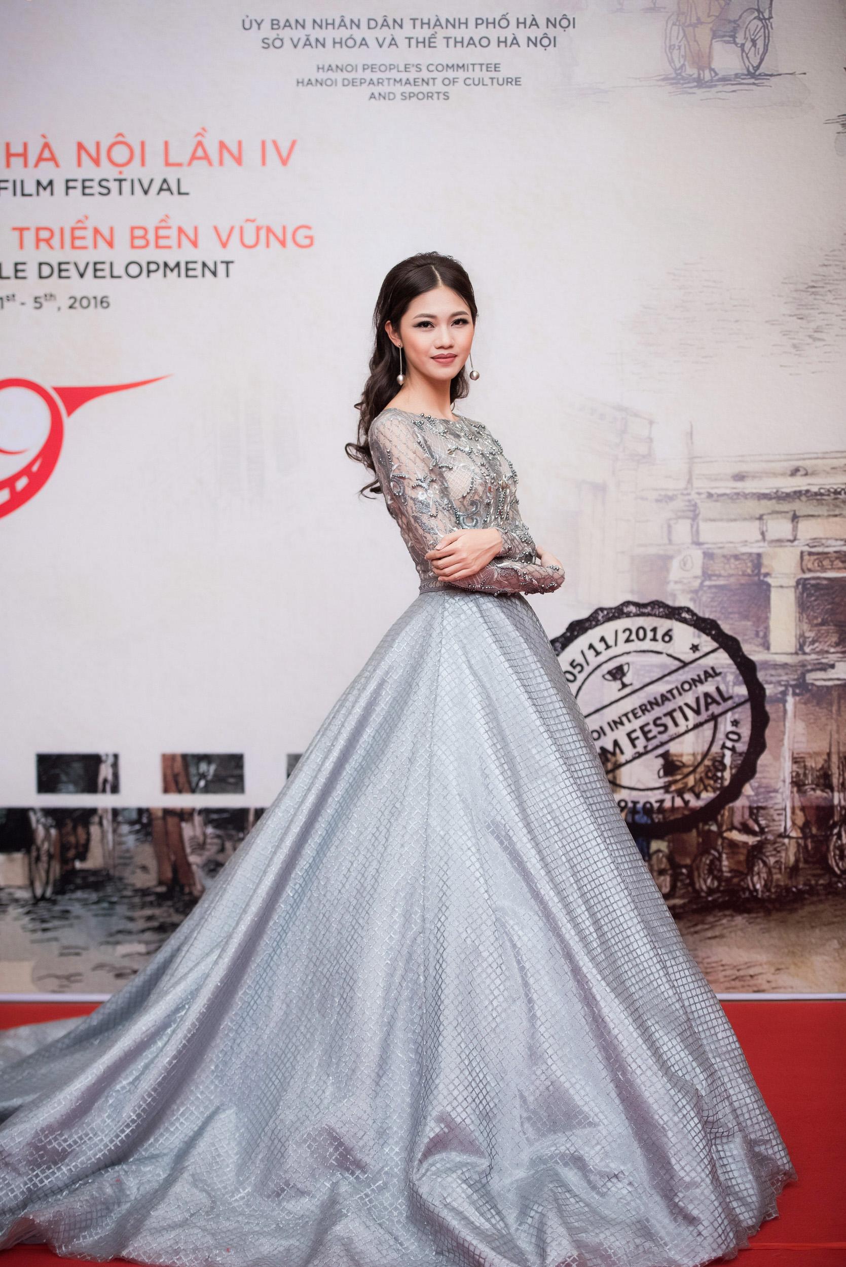 Hoa hậu Mỹ Linh đọ sắc bên Á hậu Thanh Tú trên thảm đỏ 3