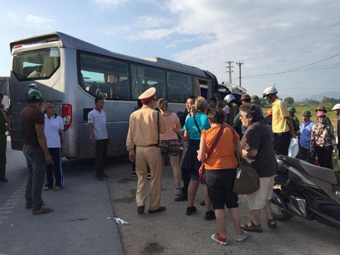 Xe khách đấu đầu xe du lịch khiến khách tây hoảng loạn 3