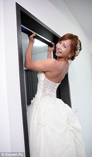 Cô dâu mặc váy cưới đu xà