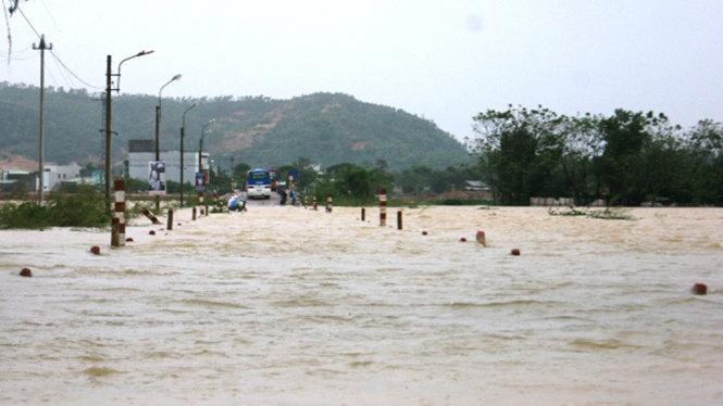 Nhiều trường học tại Bình Định cho học sinh nghỉ học vì mưa lũ 1
