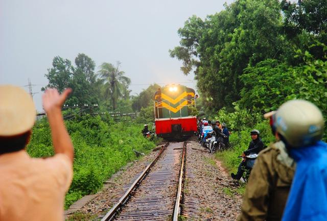 Tránh lũ trên đường ray, hàng trăm người tháo chạy khi tàu hỏa lao đến 1