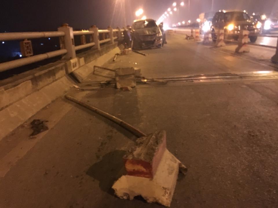Bị ô tô đâm bay khỏi cầu Thanh Trì, nam sinh viên tử vong 1