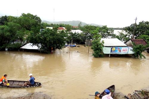 Lũ lụt nghiêm trọng, dân Nha Trang chèo thuyền giữa phố 2