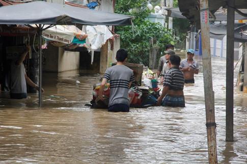Lũ lụt nghiêm trọng, dân Nha Trang chèo thuyền giữa phố 3