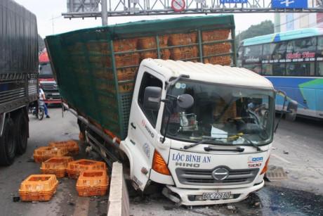 Tin TNGT mới nhất ngày 7/11: 2 xe tải đâm nhau đúng giờ cao điểm 1