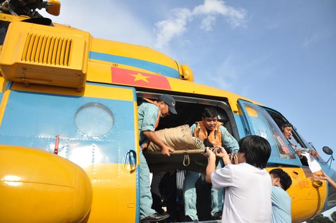 Video: Trực thăng bay ra Trường Sa đưa ngư dân về Sài Gòn cấp cứu 1