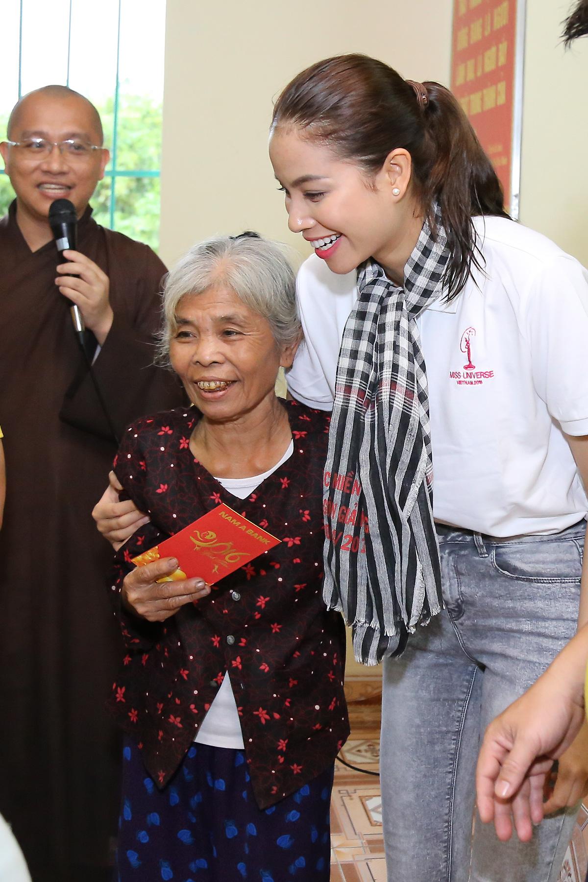 Hoa hậu Phạm Hương chạy xe đạp chở cụ già trong cơn mưa dầm 4