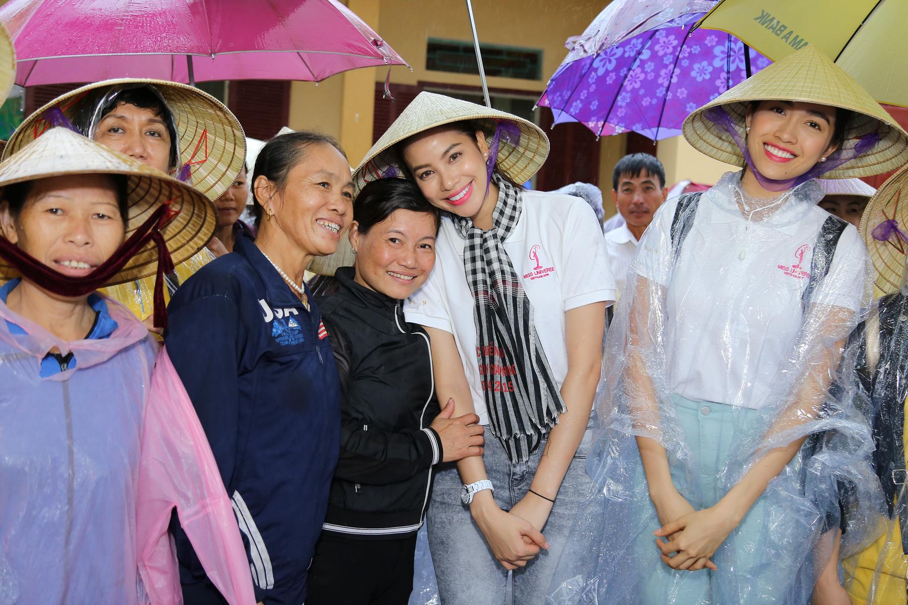 Hoa hậu Phạm Hương chạy xe đạp chở cụ già trong cơn mưa dầm 6