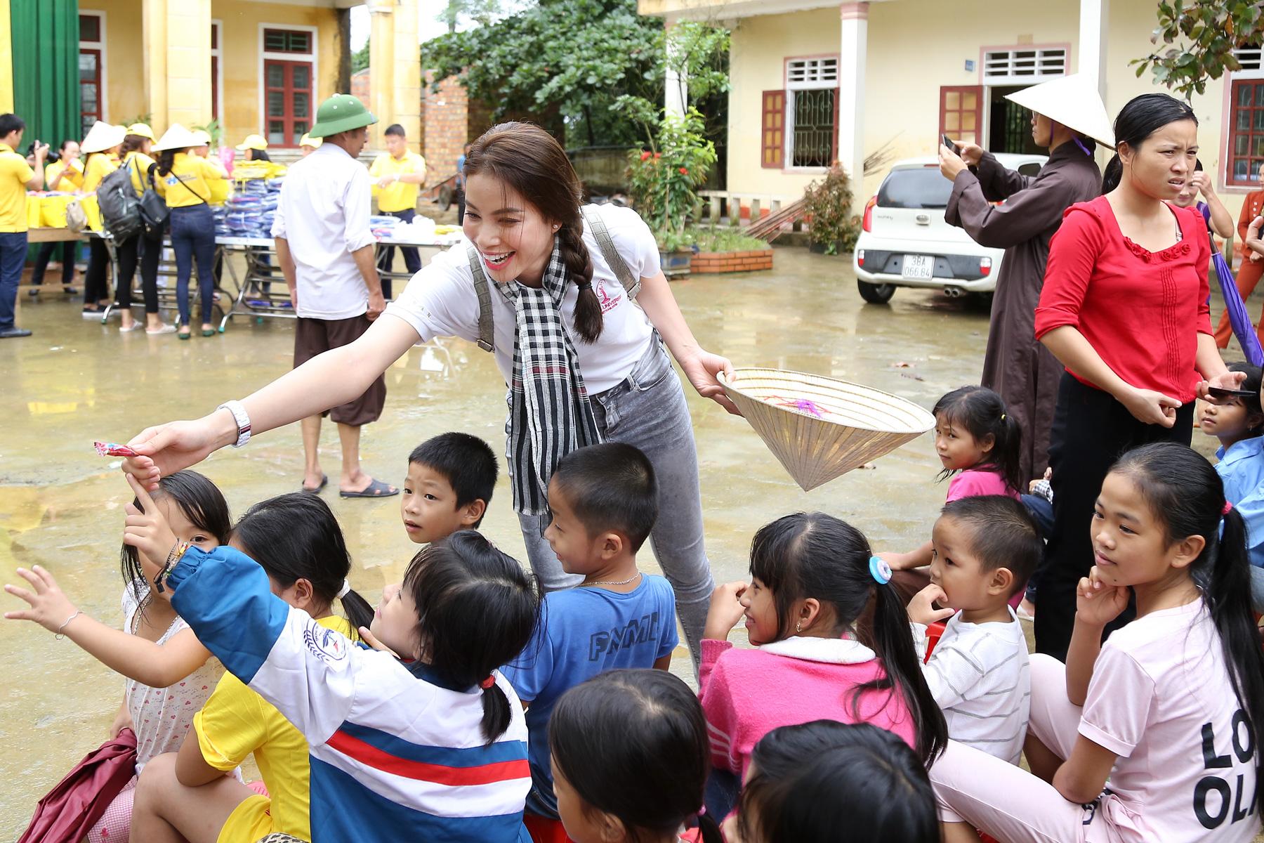 Hoa hậu Phạm Hương chạy xe đạp chở cụ già trong cơn mưa dầm 7