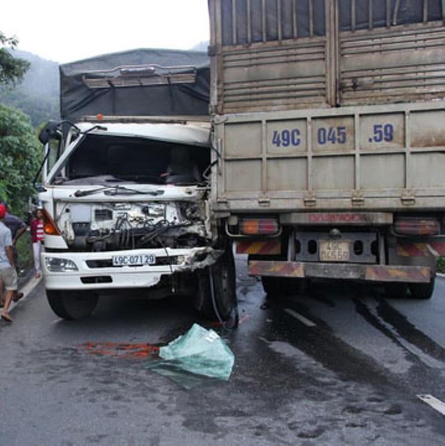 Tai nạn giao thông: 2 xe tải đối đầu, tài xế mắc kẹt trong cabin 1