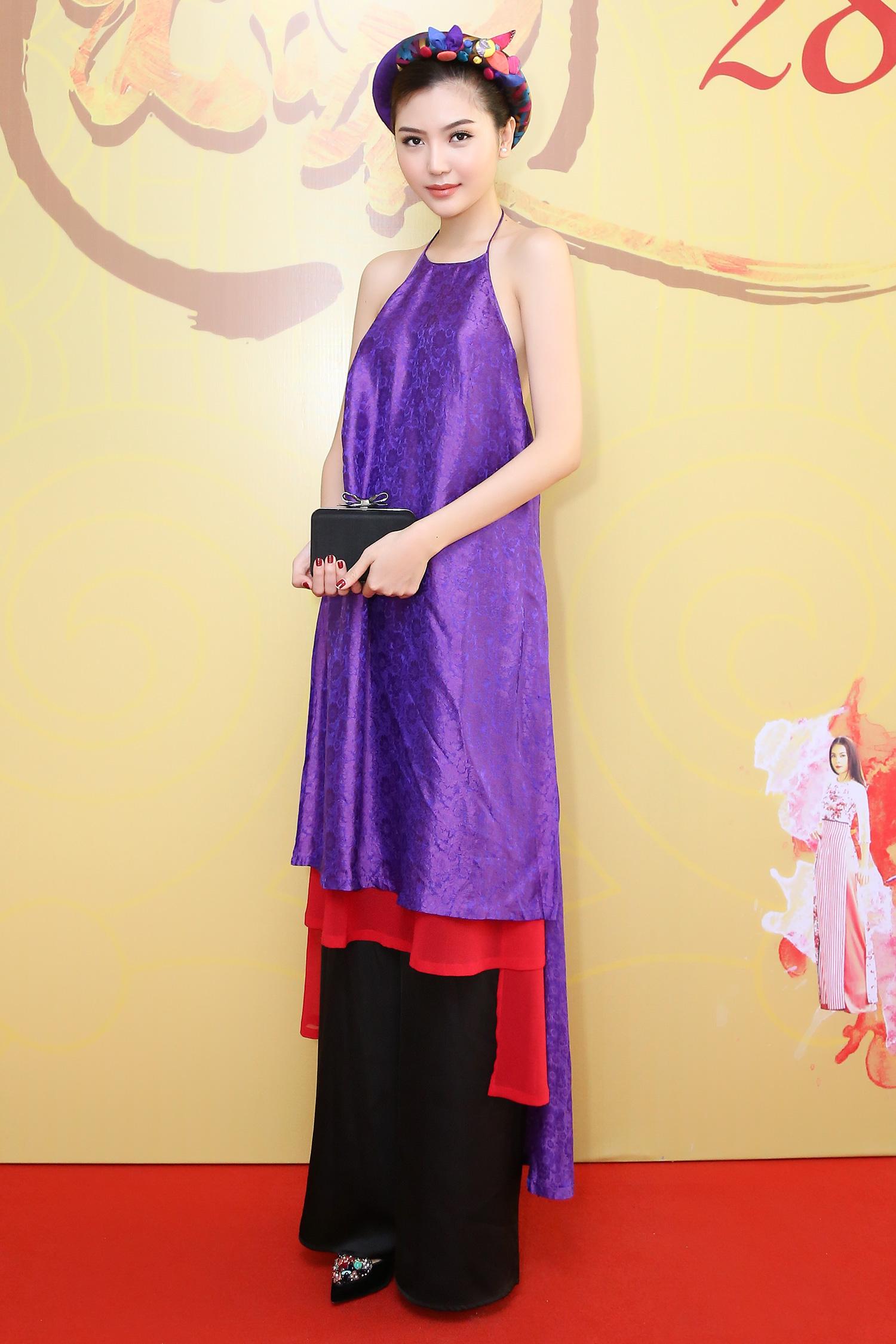 Hoa hậu Ngọc Duyên mặc áo yếm gợi cảm đọ dáng cùng dàn mẫu 1