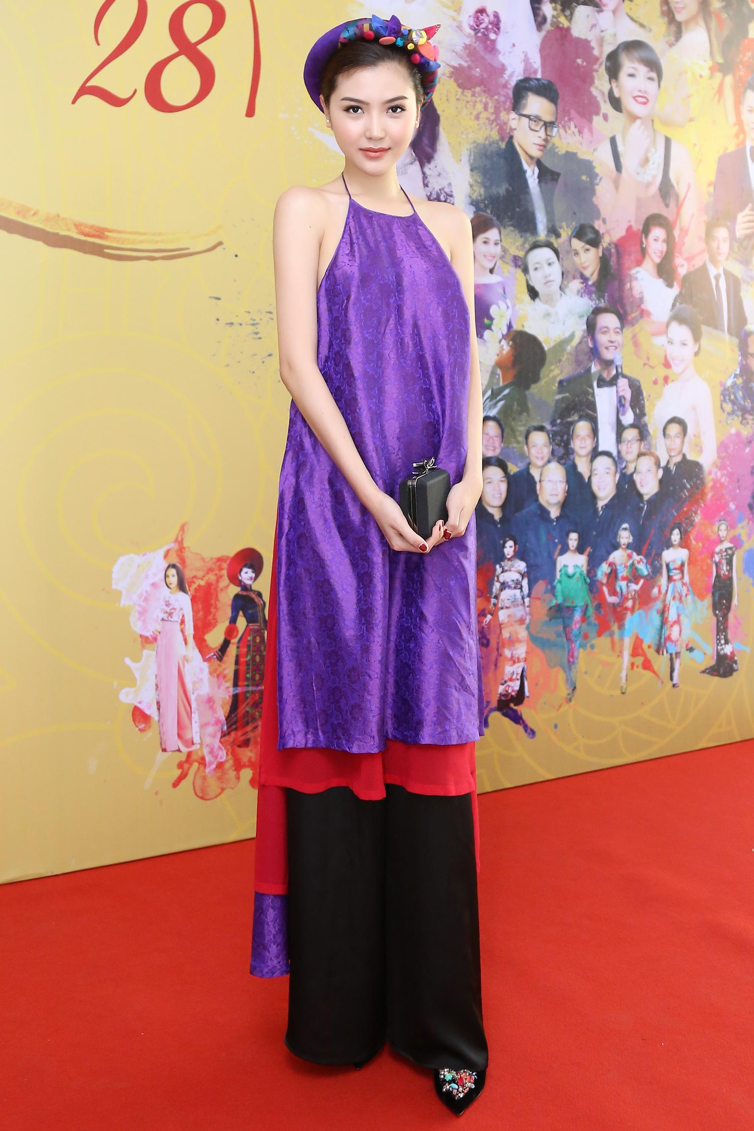 Hoa hậu Ngọc Duyên mặc áo yếm gợi cảm đọ dáng cùng dàn mẫu 2