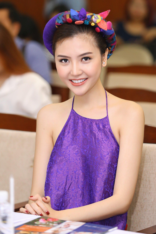 Hoa hậu Ngọc Duyên mặc áo yếm gợi cảm đọ dáng cùng dàn mẫu 3